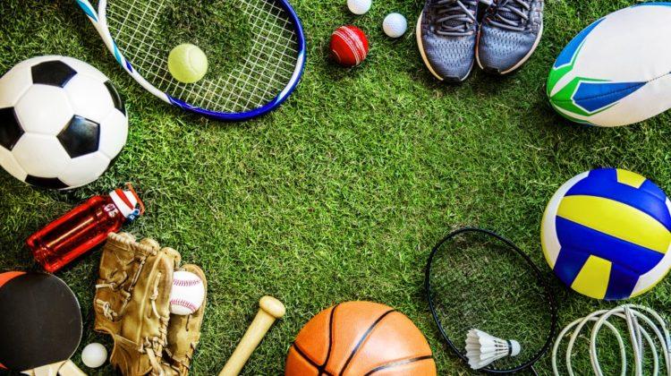 Sportsudstyr på græsplæne