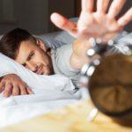 Veltrænet mand der ligger i sin seng