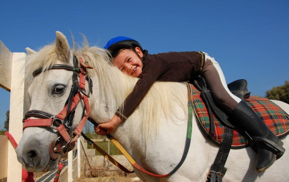 Pige på hest